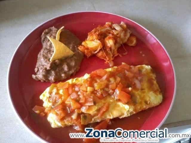 rico omelet con jamon bañado en salsa ranchera papas al gratin y frijoles