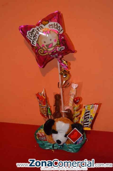 Arreglo en canasta en forma de corazon, perrito de peluche, globo metalico mediano $200 puede ser con globo metalico grande en $230.. dulces mixtos