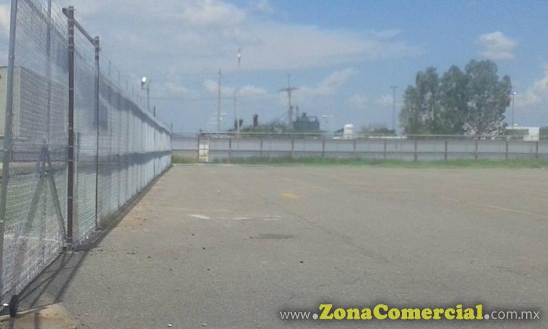 Instalacion de cerco de malla ciclonica de 3mts con barra superior, intermedia e inferior....en patios de FORD