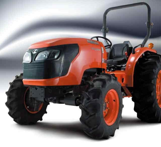 KUBOTA DIESEL TRACTOR M MX5100 Doble tracción  Potente pero compacto, el nuevo Kubota MX5100 es el tractor de utilidad hace-todo perfecto. Con su amplia gama de características, el MX5100 cumplirá y excederá sus expectativas. Este tractor se ejecuta en un impresionante motor 50HP que le da el poder para trabajar más eficientemente. Ofrece una impresionante fuerza de 43 caballos PTO, y cuenta con un balanceador integrado que ayuda a minimizar la vibración y el ruido. POTENTE MOTOR KUBOTA Fácil Mantenimiento La apertura completa del cofre de una sola pieza cuenta con la ayuda de un doble amortiguador de gas, para que usted pueda realizar el mantenimiento rutinario de forma rápida y eficiente. Confort para el Operador La Cubierta totalmente plana del MX5100 hace que sea fácil y seguro para subir y bajar del tractor. Con una amplia cubierta que es 760 mm de ancho, usted tendrá todo el espacio que necesita para trabajar con comodidad. Además,  los pedales colgantes fáciles de operar optimizan el espacio para las piernas. Incluso hay un soporte para vaso para mantener su bebida a su fácil alcance. Con su amplia gama de características, el MX5100 cumplirá y excederá sus expectativas. Dirección Hidrostática Hace giros cerrados o toma el camino recto de manera suave con la misma facilidad. El MX5100 ofrece una dirección asistida sensible para mejorar la maniobrabilidad y hace que la dirección sea libre de preocupaciones cuando se aplica una carga pesada o se use el cargador frontal.   TRANSMISIÓN SYNCHRO SHUTTLE  Adelante Reversa Funcionamiento Suave Convenientemente situado en el lado izquierdo del asiento, la palanca de cambios del inversor sincronizado le permite cambiar rápida y fácilmente entre avance y reversa. Es especialmente útil cuando se realizan tareas que requieren movimientos repetitivos de avance / reversa.  Otras Características Estándar ROPS Plegable Una Estructura de Protección para volcaduras plegable esta a la mano para pasar por debajo de las zonas con l
