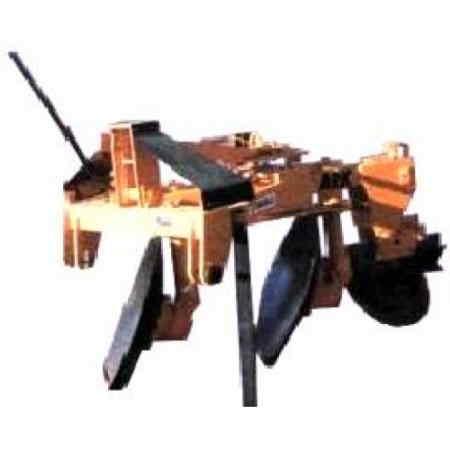 """Arado Reversible Arado reversible de dos discos de (Ark-2). Excelente equipo de fabricación robusta. Aun en las condiciones más severas de barbecho, su robusta manufactura le permite operar sin dificultad. Proporciona una excelente penetración en suelos duros y una inmejorable estabilidad en suelos blandos y medios. La facilidad en su reversión facilita al operador sus labores en el campo. <br> Enganche de tres puntos, categoría II  Reversión mecánica  Peso aproximado de 420 Kg.  Ancho de corte de 20"""" (50.8 cm)  Espesor de los Discos 28"""" x ¼""""  Profundidad de corte de 10"""" a 12"""" (25.4 cm a 30.48 cm)  Mecanismo ajustable de enfrentamiento de los discos, que aumenta o disminuye su agresividad contra el suelo,   Cuenta con una rueda guía de flotación vertical y amortiguamiento del resorte que permite mantener una profundidad uniforme, así como penetrar con facilidad en terrenos donde la textura es variable."""